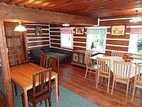 Obývací pokoj se sedací soupravou a jídelním stolem - chalupa k pronájmu Františkov