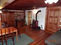 Obývací pokoj se sedací soupravou a jídelním stolem - chalupa ubytování Františkov