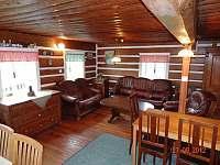 Obývací pokoj se sedací soupravou a jídelním stolem - chalupa k pronajmutí Františkov