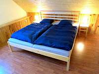 Manželská postel v 1. ložnici - chata k pronajmutí Poniklá - Jilem
