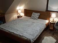 Ložnice s manželskou postelí - chalupa k pronájmu Prkenný Důl