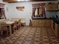 Kuchyň s jídelním koutem - chalupa k pronajmutí Komárov