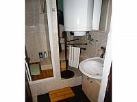 Koupelna se sprchovým koutem, umývadlem a toaletou - Strážné
