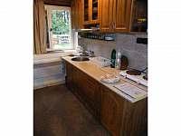 Kuchyňský kout s vařičem, lednicí, mikrovlnou troubou a rychlovarnou konvicí - pronájem chaty Strážné