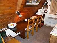 Kuchyňský kout se stolem a židlemi - chata k pronajmutí Strážné