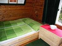 Ložnice A s manželskou postelí a skříňkou - chata ubytování Strážné
