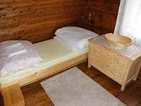 Ložnice B s lůžky a skříňkou - pronájem chaty Strážné