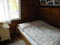 Ložnice B s manželskou postelí a skříňkou - chata k pronajmutí Strážné