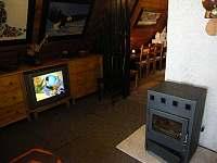 Obytná část s krbem a televizí - chata ubytování Strážné