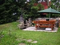 Posezení s grilem na zahradě - chata ubytování Strážné