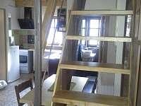 Pohled od schodiště do kuchyně - chalupa k pronájmu Rudník