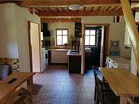 Pohled z hlavní místnosti do kuchyně a koupelny - chalupa k pronájmu Rudník