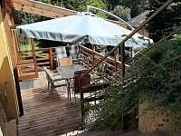 terasa se vstupem k bazénu - chata k pronájmu Dolníky u Trutnova