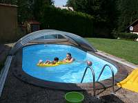 v bazénu - chata k pronájmu Dolníky u Trutnova