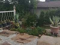 část zahrady - pronájem apartmánu Tušimice
