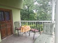posezení na terase - apartmán k pronajmutí Tušimice