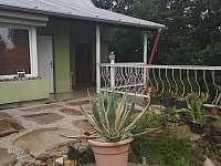 prostor před domem - apartmán k pronájmu Tušimice