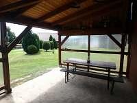 Venkovní posezení - pergola - chata k pronájmu Boleboř