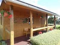 Zastřešená veranda s posezením - chata k pronájmu Boleboř