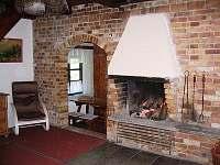 obývací pokoj s krbem a TV - chata ubytování Úbočí - Místo