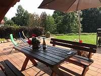 sezení na zahradě - chalupa k pronajmutí Tisová u Nejdku