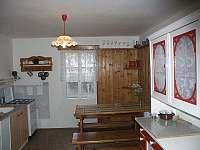 Kuchyně a jídelní stůl - pronájem chaty Nové Hamry