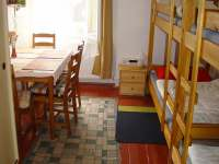 Pokoj v 1. patře, vchod z chodby - chata k pronájmu Nové Hamry