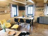 Roubenka obývací pokoj a jídelní stůl