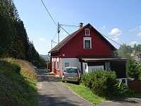 Příjezd k chalupě s parkováním přímo u domu - k pronájmu Kraslice - Tisová