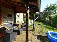 přístřešek s venkovním nábytkem - pronájem chalupy Kraslice - Tisová