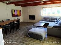 Obývací pokoj z jídelním stolem - chata k pronájmu Svahová