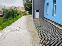 Vchod do budovy - apartmán k pronájmu Klášterec nad Ohří