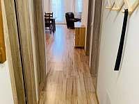 Vnitřní chodba v apartmánu - k pronajmutí Klášterec nad Ohří
