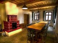 Horská chalupa Jeřabina  společenská místnost s kachlovými kamny - ubytování Horní Blatná