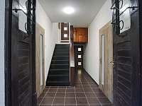 Chodba a schody do horního patra k ložnicím - chalupa k pronájmu Kovářská