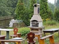 Venkovní posezení u ohniště a grilu - chalupa k pronajmutí Kovářská