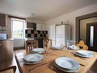 Vybavená kuchyně s jídelnou - pronájem chalupy Kovářská