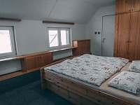 Dvoulůžkový pokoj s vlastní koupelnou a wc - chalupa k pronajmutí Boží Dar