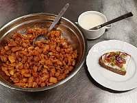 Chléb s domácím sádlem a škvarky - Pernink