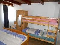 Třílůžkový pokoj v přízemí - chalupa ubytování Horní Halže