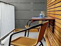 Posezení na lodžii - apartmán k pronajmutí Loučná pod Klínovcem