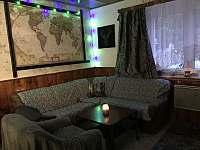 Společneská místnost s krbem - chalupa ubytování Jáchymov