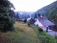 Zahrada s bránou do lesa - chata k pronájmu Perštejn - Údolíčko