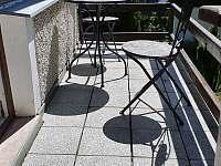 pokouření na terase - Mariánská