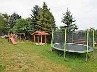 Dětské hřiště s trampolínou - chalupa k pronajmutí Kovářská