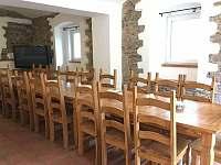 Dostatek místa na oslavy, pracovní schůzky nebo jen na snídani - vila k pronajmutí Perštejn - Vykmanov