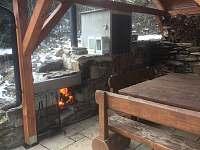 Krytá terasa s krbem a grilem - Perštejn - Vykmanov