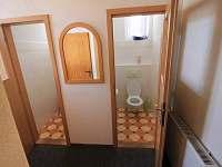 WC v přízemí - chata k pronájmu Hřebečná