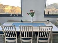 Od jídelního stolu je skvělý výhled široko do kraje - chalupa k pronajmutí Jáchymov - Mariánská