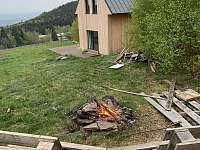 Posezení u ohniště láká k romantickým večerům - chalupa ubytování Jáchymov - Mariánská